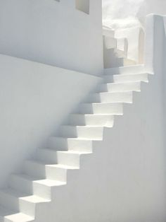 Inspiratie: witte trap Pure Style Home: New House Plans: The Stairs All White, Pure White, White Light, White Heat, Outfits In Weiss, Blanco White, White Stairs, Interior Minimalista, Tadelakt