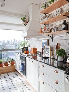 Cocina moderna en clave Nueva York: azulejos en blanco y juntas negras, piso en mosaico blanco y negro, artefactos en cobre, cuadros en la mesada y mucho sol. Small Kitchen Storage, Cozy Kitchen, Home Decor Kitchen, Interior Design Kitchen, New Kitchen, Home Kitchens, Kitchen Dining, Sweet Home, Küchen Design