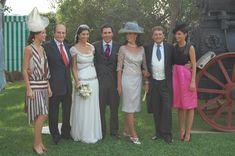 Las hermanas Peralta, junto a sus padres el día de la boda de Rocío, la mayor. Lola a la izquierda con vestido en seda a rayas y su hermana melliza, Mercedes, con vestido negro y fucsia.