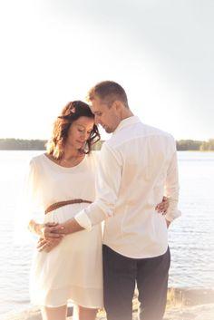 Lapsi- ja perhekuvaus | Valokuvaaja Jenni Hieta. Odotusajankuvaus miljöössä. Couple maternity outdoor  photograpy.