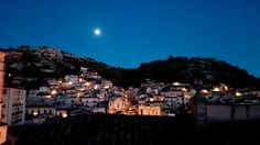 La luna sorveglia la mia città