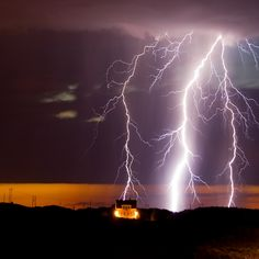 The lighting storms are incredible chance for photographers to make fascinating lighting storm photography. Ride The Lightning, Thunder And Lightning, Lightning Strikes, Lightning Storms, Lightning Images, Image Nature, Nature Photos, Photography Projects, Nature Photography
