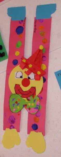 Een clown gemaakt van 2 hoedenstroken en een cirkel. De kinderen bestempelen beide hoedenstroken met verf m.b.v. kurken. Daarna knippen zij de mallen van; de mond en de handen (binnenkort online!) uit. Vervolgens knippen zij een zwart vierkant schuin doormidden (de voeten). Het hoedje wordt gevouwen. (van een vlieger).