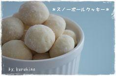 Snow ball cookies ★薄力粉 150g ★砂糖 40g ★アーモンドプードル 20g バター(溶かします) 20g サラダ油 40g 粉砂糖 適量