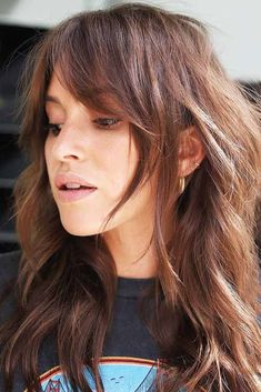 18 Looks With Side Bangs – A Detail That Can Enhance Your Image Growing out bangs Medium Hair Cuts, Short Hair Cuts, Medium Hair Styles, Curly Hair Styles, Long Hair Cuts With Layers And Side Bangs, Side Bangs Long Hair, Long Layered Bangs, Shoulder Length Hair Bangs, Long Haircuts