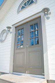 Perfekt inngangsdør til huset Foto: NorDan AS Home Focus, Country Home Exteriors, Exterior Front Doors, Nordic Home, Front Entrances, House Entrance, Villa, Windows And Doors, House Colors