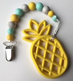 Ideas Diy Baby Teether Pacifier Clips For 2019 Newborn Toys, Baby Toys, Baby Baby, Baby Shower Gifts, Baby Gifts, Baby Doll Accessories, Diy Bebe, Baby Teethers, Teething Toys