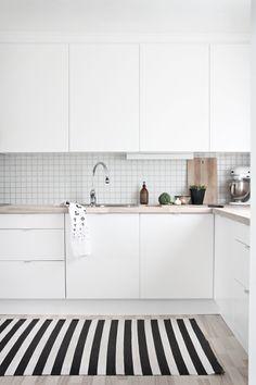 A gallery of minimalist kitchens nordic kitchen, scandinavian kitchen tiles, kitchen white Nordic Kitchen, Scandinavian Kitchen, New Kitchen, Kitchen Small, Scandinavian Design, Scandinavian Apartment, Stylish Kitchen, Apartment Kitchen, Kitchen Interior