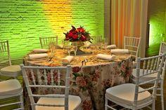 Centro de mesa clasico en Barcelona | Copa clasica de piedra con rosas rojas #lafloreria #boda #wedding #centrodemesa #weddingbarcelona #bodasromanticas ♥ ♥ La Floreria ♥ ♥ para descubrir nuestras creaciones visita la web: www.lafloreria.net/ ♥La Florería: Google+