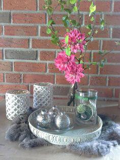 Simple Sch ne Deko zum Fr hling Wei silberne Windlichter Bauernsilber Teller mit kleinen Vasen