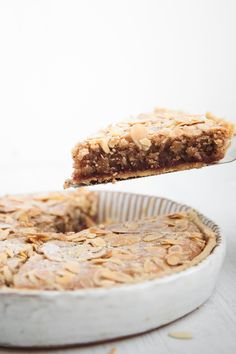 The traditional English dessert consisting of a shortcrust pastry shell, a thin layer of raspberry jam, frangipane filling and a topping of flaked almonds has been made vegan. Have your homemade vegan Bakewell tart ready in no time, with no special skills, equipment or ingredients needed! #vegan #bakewelltart Almond Recipes, Vegan Recipes, Snack Recipes, Dessert Recipes, Vegan Blogs, Great Desserts, Vegan Desserts, Vegan Treats, Vegan Bakewell Tart