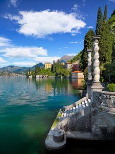 Escadas às margens do Lago de Como, província de Como, na Lombardia, Itália.
