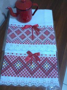 pano de prato ou copa, em tecido branco de sacaria, bordado em tecido xadrez.