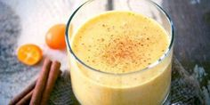 How to best start your day with? Imagine an amazing antioxidant-loaded smoothie that is full of medicinal benefits. This turmeric smoothie recipe will be ideal for you. Healthy Reasons for Taking Turmeric Turmeric belongs to the rhizomatous. Smoothie Curcuma, Turmeric Smoothie, Juice Smoothie, Antioxidant Smoothie, Power Smoothie, Smoothie Detox, Healthy Smoothies, Healthy Drinks, Healthy Food