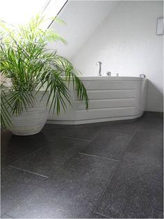 """""""Kurk voelt veel warmer en aangenamer aan dan stenen tegels of laminaat."""" #kurk #kurkvloer #badkamer"""