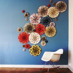 """DiY déco murale / Papiers """"Fleurs"""" Utilisation : déco DiY, guirlande pour déco de chambre, décoration murale, relooking de meubles, scrapbooking, origami... Ici: Rosaces déco. Papier haute qualité imprimé avec des encres à base de soja. 12 feuilles de 50cm x 70cm à 17,50€ Plus"""