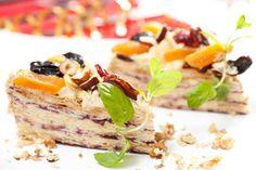 Świąteczny tort z kajmakiem przekładany porzeczkami i dekorowany suszonymi owocami #smacznastrona #przepisytesco #kajmak #tort #porzeczki #suszoneowoce #sweet #pycha