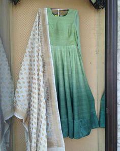 Like the simplicity design of this anarkali … India Fashion, Ethnic Fashion, Asian Fashion, Women's Fashion, Dress Fashion, Salwar Designs, Blouse Designs, Henna Designs, Indian Attire
