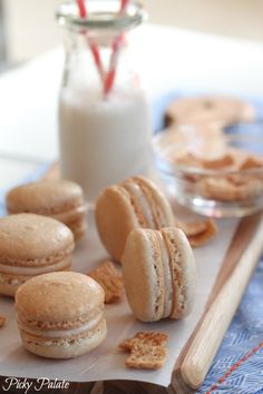 Cinnamon Toast Crunch Macarons from Picky Palate - with cinnamon sugar buttercream! #recipe #dessert