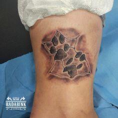 Huellas efecto piedra. Tattoo en Badabink Valencia Tattoo. + Info en el 666852293 (Whatsapp). Valencia.