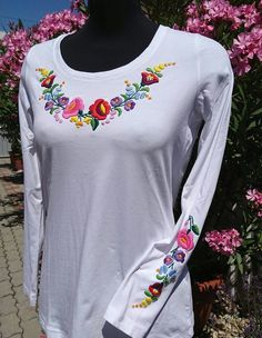 Hungarian Embroidery, Embroidery Suits, Digital Paintings, Embroidered Blouse, Calla Lily, Designers, History, Sewing, Sweatshirts