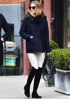 Olivia Palermo street style look inverno com calça branca e bota over the knee preta.