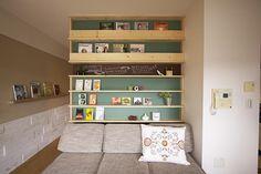 小物や雑誌を飾るのにぴったりの本棚。背面の差し色もリビングの彩りになる。