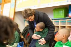 @AUSLChicago  ·  2 h Hace 2 horas .@joshgroban greeted with an enthusiastic hug by @ChalmersSOE first grade student Kyle. #artsed @TurnaroundArts