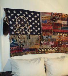 Un jour, j'ai trouvé un ancien drapeau dans un magasin d'antiquités. Le drapeau avait une déchirure en elle, mais j'ai vu le potentiel. Je suis un peu d'un collectionneur, alors j'ai commencé à creuser...  VINTAGE américain drapeau-36 X 56 * Renforcé au dos dans la partie supérieure pour plus de durabilité et pour supporter le poids supplémentaire. * Lignes de tissu ont été ajoutées-(tirages d'époque sud-ouest, upcycled western chemises, couvertures de laine, textiles tribus tissés...) * A…