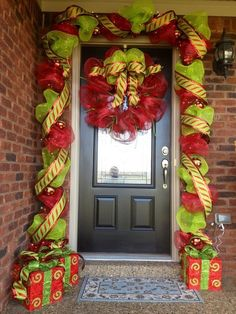 Check Out 21 Christmas Door Decorations Ideas You Should Try. Need inspiration for your front door decoration,here are some great christmas door decoration ideas for you. Christmas Porch, Noel Christmas, Outdoor Christmas, Christmas Projects, All Things Christmas, Winter Christmas, Christmas Wreaths, Christmas Ideas, Christmas Entryway