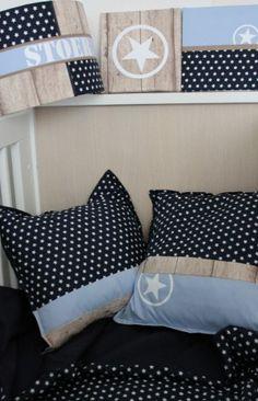 Set babykamer, donkerblauw en lichtblauw kussen, lampenkap en dekbedovertrek. Handgemaakt. Houtprint en sterren. Super stoer!