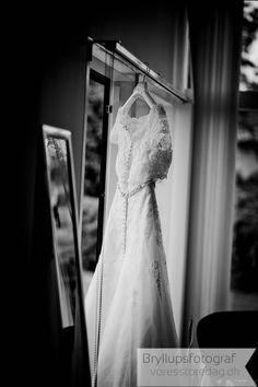 Sort hvid bryllupsbilleder er utrolig smukke og samtidig fantastisk enkle at se på. Vi elsker at jobbe, som fotograf og vi elsker med det sort hvid foto.