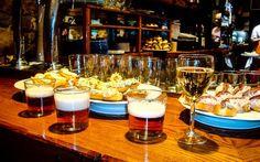 Baskische Tapas namens Pinxtos und spanisches Bier zum Abendessen an Silvester