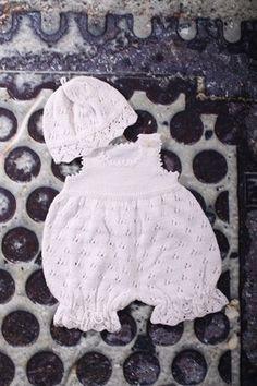 Babydragt med hue i hulmønster