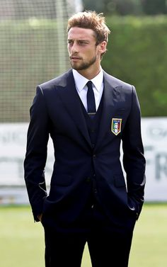 Claudio Marchisio is an Italian footballer who plays as a midfielder for Juventus and the Italian national team Claudio Marchisio, Mens Fashion Blog, Look Fashion, Italy Soccer, The Fashionisto, Well Dressed Men, Turin, Attractive Men, Stylish Men