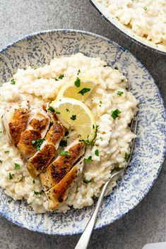 Crispy pan-roasted chicken on creamy lemon risotto is an easy, delicious family recipe. Just as perfect for weeknight meals as it is for dinner parties.Lemon risotto with pan-roasted chicken I Love Food, Good Food, Yummy Food, Tasty, Delicious Dishes, Delicious Recipes, Clean Eating, Healthy Eating, Dinner Healthy