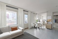 Vaaleapintainen olohuone saa lämpöä ja tunnelmaa eri puun ja oranssin sävyistä. Tummat yksityiskohdat huonekaluissa ja sisustuksessa antavat kivasti kontrastia asuntoon. Tämä kaunis koti löytyy Jyväskylän Mannisenmäestä. Windows, Ramen, Window