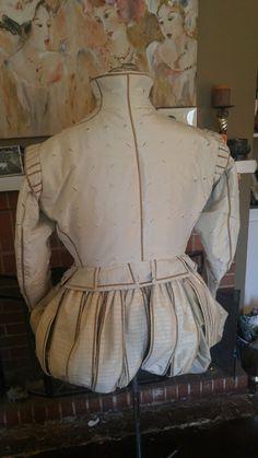 Elizabethan gentleman's suit in white silk, back view Elizabethan Costume, Elizabethan Era, Medieval Costume, Hipster Fashion, Mens Fashion, Fashion Tips, 16th Century Fashion, Renaissance Men, Period Outfit