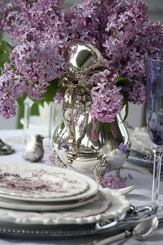 This is a gorgeous lavender and hydrangea place setting!