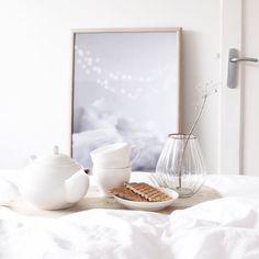 b r e a k f a s t  i n  b e d   gm! na een drukke klusdag is het vandaag tijd om te relaxen  geniet van je zondag! niks te doen? op mijn blog (link in bio) vind je een zelfmaker voor pasen #interior #interiør #instahome #interieur #industrial #interiordecor #interiorwarrior #inredninginspiration #finahem #mitthjem #minimal #minimalism #simplicity #scandichome #scandinavian  #scandicliving #scandicinterior #white #whiteliving by sevencouches