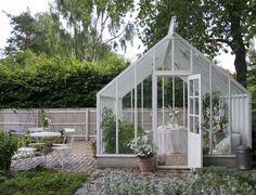 14. Välj hur du vill ha det: Sweden Greenhouse. Här kan du få växthuset i valfri längd och bredd. Gavlarna kan förses med enkeldörr eller pardörr. Växthusen levereras med planglas, härdat glas eller isolerglas. Du kan bygga upp en långsida som mur eller klä med brädor. Exempel - växthus 21 kvadratmeter. Mått: Höjd 360, bredd 350, längd 610 centimeter. Pris: Byggsats 144 000 kronor. Från: Sweden Greenhouse.