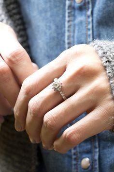 """Esse foi o anel de noivado criado para uma mulher com nome de princesa: Maria Isabella Barros Ramos Pereira Castilho. Com uma linguagem vintage e romântica, o briefing do seu amado que começava assim: """"Mulher maravilhosa que nasceu em Junho 18 de 1986, mas ela acha de verdade que deveria ter nascido em 1.700, por isso adora coisas antigas, como lustres, todo o estilo de decoração """"Vintage"""". #joiascontamhistórias #joiasliê"""