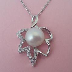 Colgante de plata con perla en forma de hoja