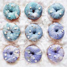 "Polubienia: 7,341, komentarze: 139 – Fluffë / Nathan (@fluffegram) na Instagramie: ""Happy #nationaldonutday !!!✨ Made some Galaxy Doughnuts with @taramilktea and of course they're…"""