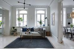 Vergeet het effen kleed niet! Patroontjes zijn tof, maar met een effen kleed creëer je ook een hele mooie look in je woonkamer.