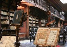 La bibliothèque du monastère San Francisco, au Pérou Cette bibliothèque est l'un des plus anciennes et des plus belles d'Amérique du Sud. Elle contient 25'000 volumes très rares du 15e au 18e siècle.