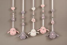 Vogeltjes voor muziekmobiel roze-grijs-wit Crochet Baby Toys, Crochet Animals, Handmade Baby Gifts, Newborn Toys, Crochet Home Decor, Craft Markets, Crochet Patterns Amigurumi, Crochet Flowers, Knitting