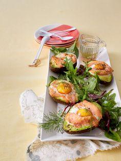 Gebackene Avocados auf Salatbett