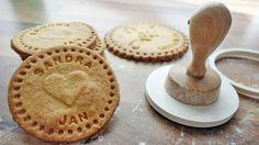 Habt ihr schon eine Idee für euer Gastgeschenk für die Hochzeit? Wenn nicht, dann wären personalisierte Kekse vielleicht interessant? Diese würden sich auch auf der Candybar sehr gut machen :-)    Mehr dazu auf: http://www.liebe-zur-hochzeit.de/personalisierte-kekse-als-gastgeschenk-fuer-die-hochzeit/
