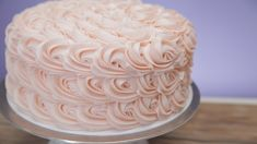 Magnolia Bakery's Secret Tips to Frosting Its Rosette Cake Magnolien-Bäckerei-Rosetten-Kuchen Cake Decorating Frosting, Cake Decorating Videos, Cake Decorating Techniques, Cookie Decorating, Buttermilk Cake Recipe, Beaux Desserts, Frosting Techniques, Popsugar Food, Bakery Cakes